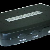 Abbildung TravelControl personal Fahrzeuggerät ohne Zubehör. Die Funktion von TravelControl benötigt im Fahrzeug nur 2 Tasten. Diese werden nur bei Bedarf verwendet.